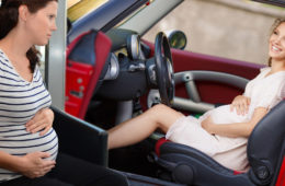 Ohledně cestování těhotných žen panují různé mýty. Týkají se používání bezpečnostních pásů, ale i cestování letadlem. Jak to je ve skutečnosti?