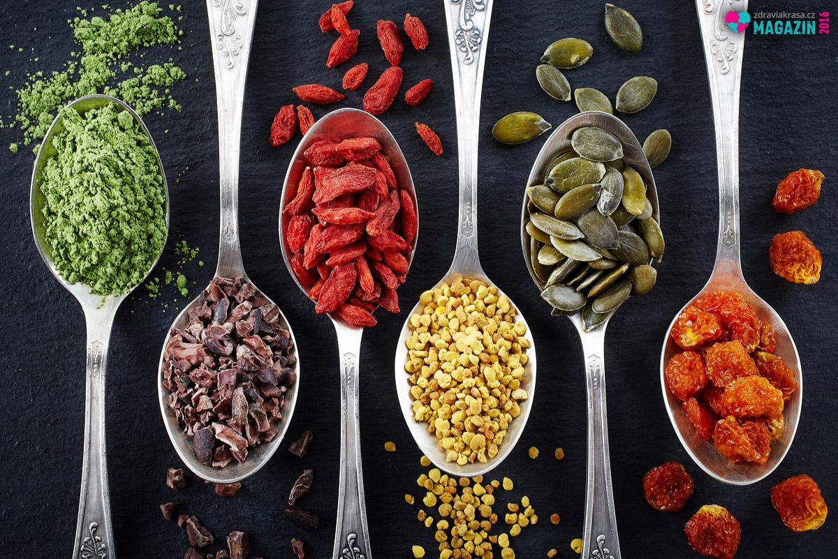 Superfoods – s čím větší dálky a čím exotičtější, tím lépe. Alespoň tak se superpotraviny prezentují. Skvělé alternativy však najdeme i v našich zahrádkách. A našemu tělu i peněžence budou rozhodně bližší.
