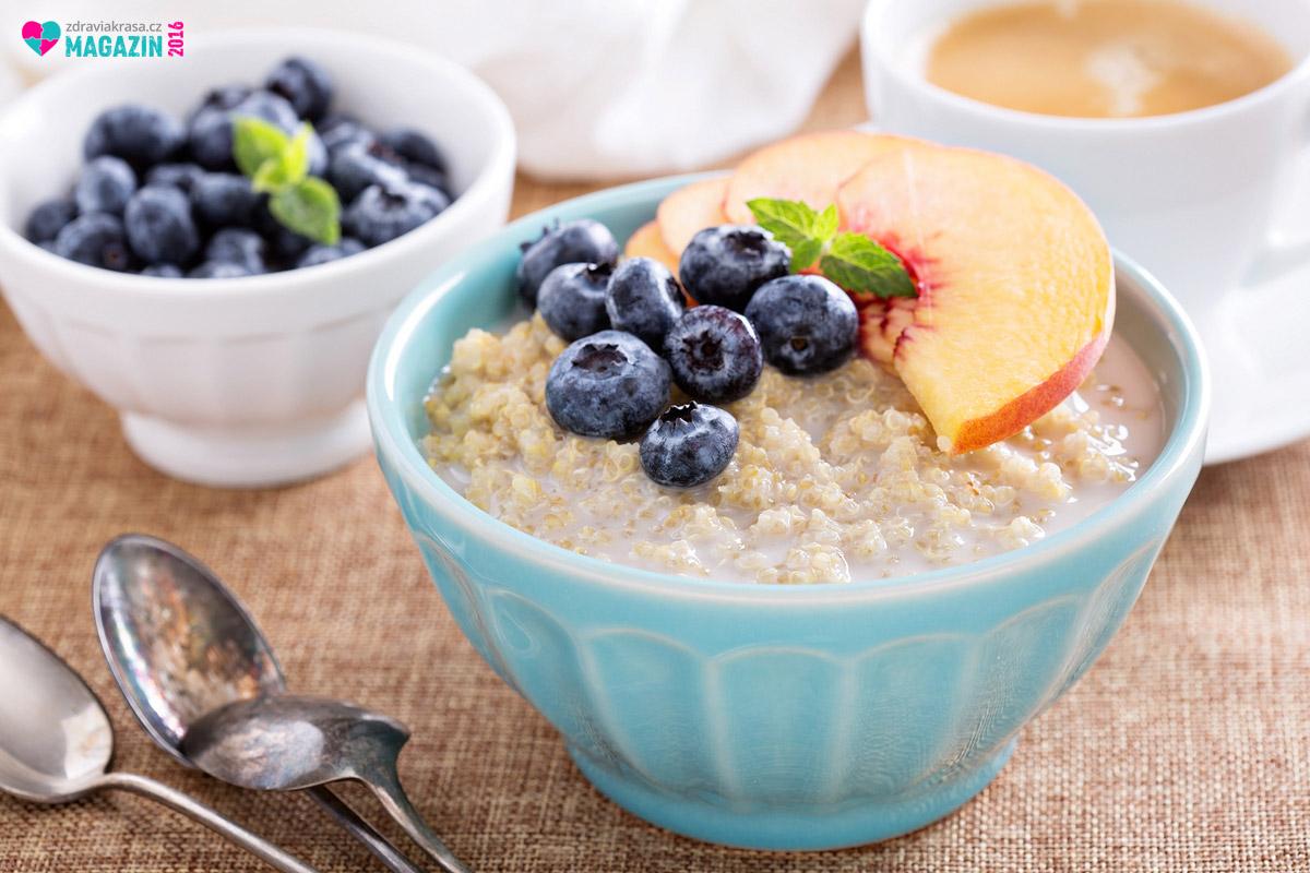Quinoa jako sladká kaše ke snídani doplněna čerstvým ovocem.