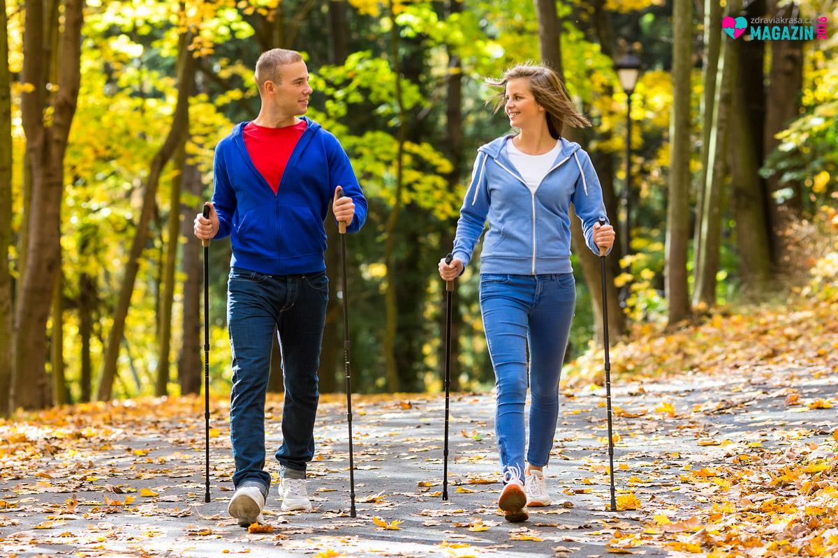 """Chůze je přirozený pohyb, při kterém spálíte velké množství kalorií. Nejoptimálnější formou rychlé chůze, při které spálíte nejvíce kalorií, je tzn. """"nordic walking"""""""