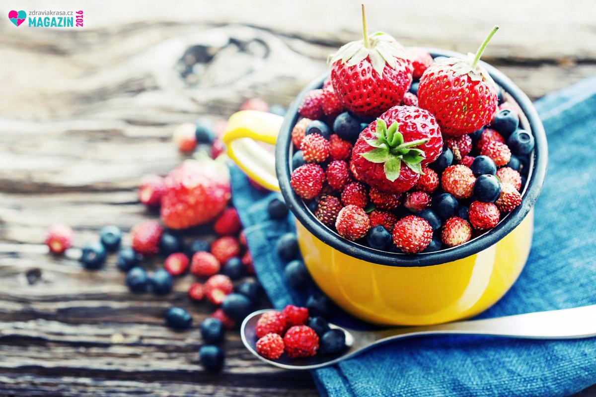 Skvělým zdrojem antioxidantů, jenž našemu tělu pomáhají zvládat oxidační stres a tím vytvářet rovnováhu s volnými radikály, jsou třeba bobuloviny či lesní ovoce.