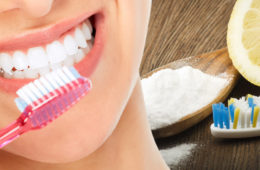 Toužíte po krásných bílých zubech? Zapomeňte na drahé metody a zkuste nejdříve bělení zubů sodou bikarbonou. Zuby s ní bělí i profesionálové.