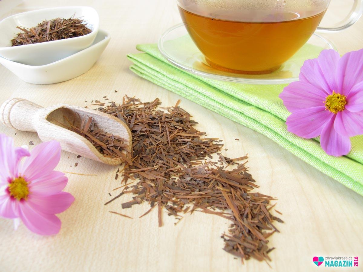 Kůra lapacho se užívá ve formě čaje.