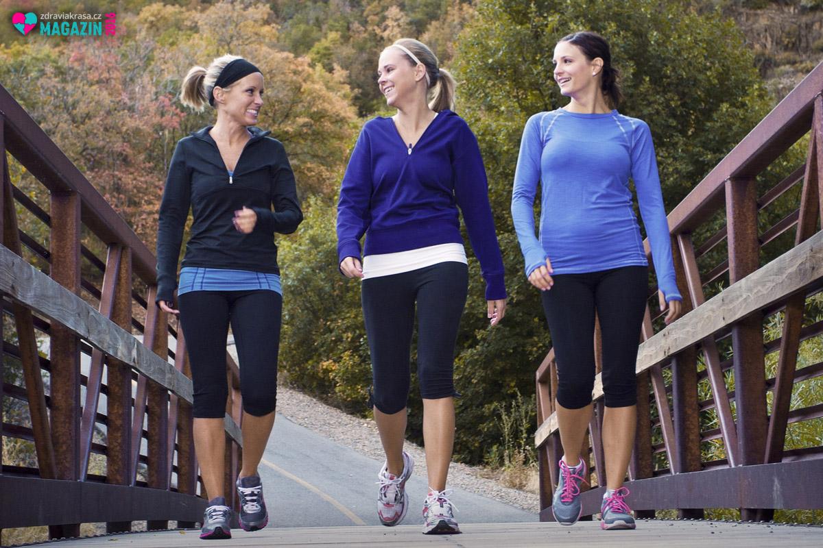 Pohybová aktivita má přinášet radost. Mnozí lidé běhají, i když je to nebaví. Běhají pouze pro zdraví a štíhlou linii. Nemusíte se ale nutit do běhání – stejného efektu vám pomůže docílit svižná chůze.