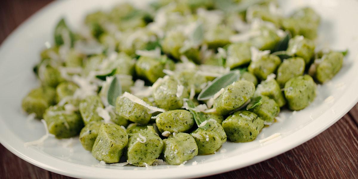 Noky, nebo také gnocchi, nemusí být pouze příloha. Gratinované pampeliškové noky jsou chutné a zdravé jídlo – třeba i pro vegetariány.