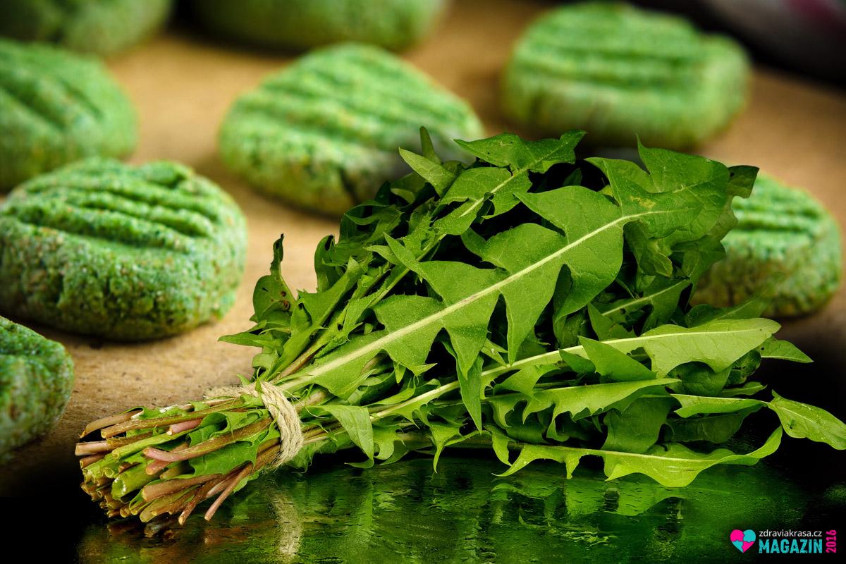 Mladé listy pampelišky dodají nokům krásně zelenou barvu.