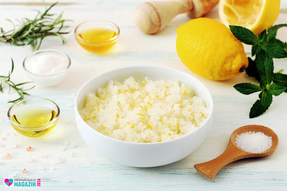 Domácí peeling na chodidla vyrobíte z mořské soli a olivového oleje. Svěžest mu dodá citron.