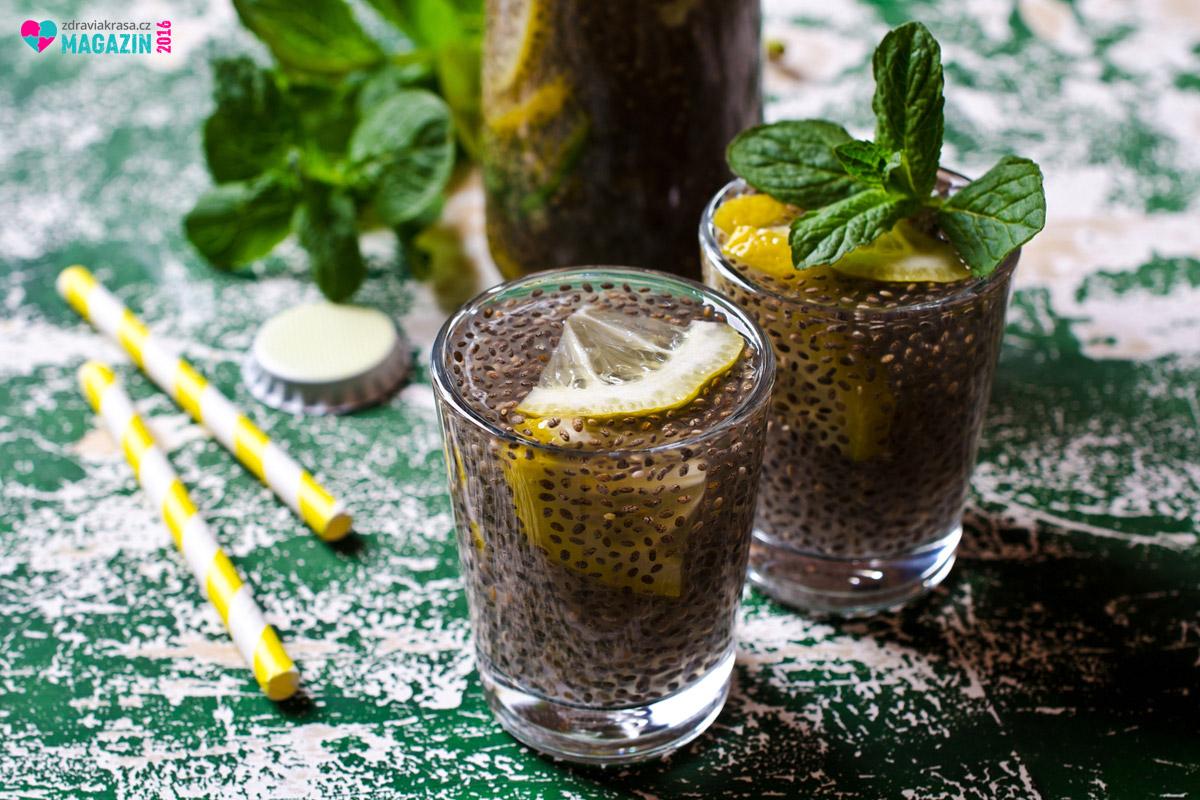 Chia se hodí i do nápojů. Zkuste třeba variaci na mojito – bez alkoholu, zato s chia semínky.