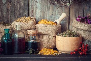 Pijete léčivé čaje? Kupujete bylinkové čaje v lékárně, v drogerii, v supermarketu nebo si je samy mícháte? Naučte se číst jejich etikety!