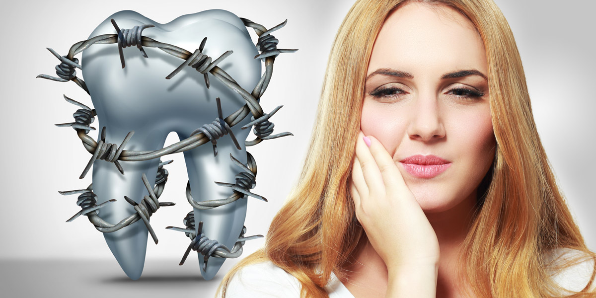 Naše zubní sklovina se opotřebovává. Odíráním, ale i chemicky díky kyselinám v jídle. Eroze zubní skloviny pak vede k citlivosti zubů.