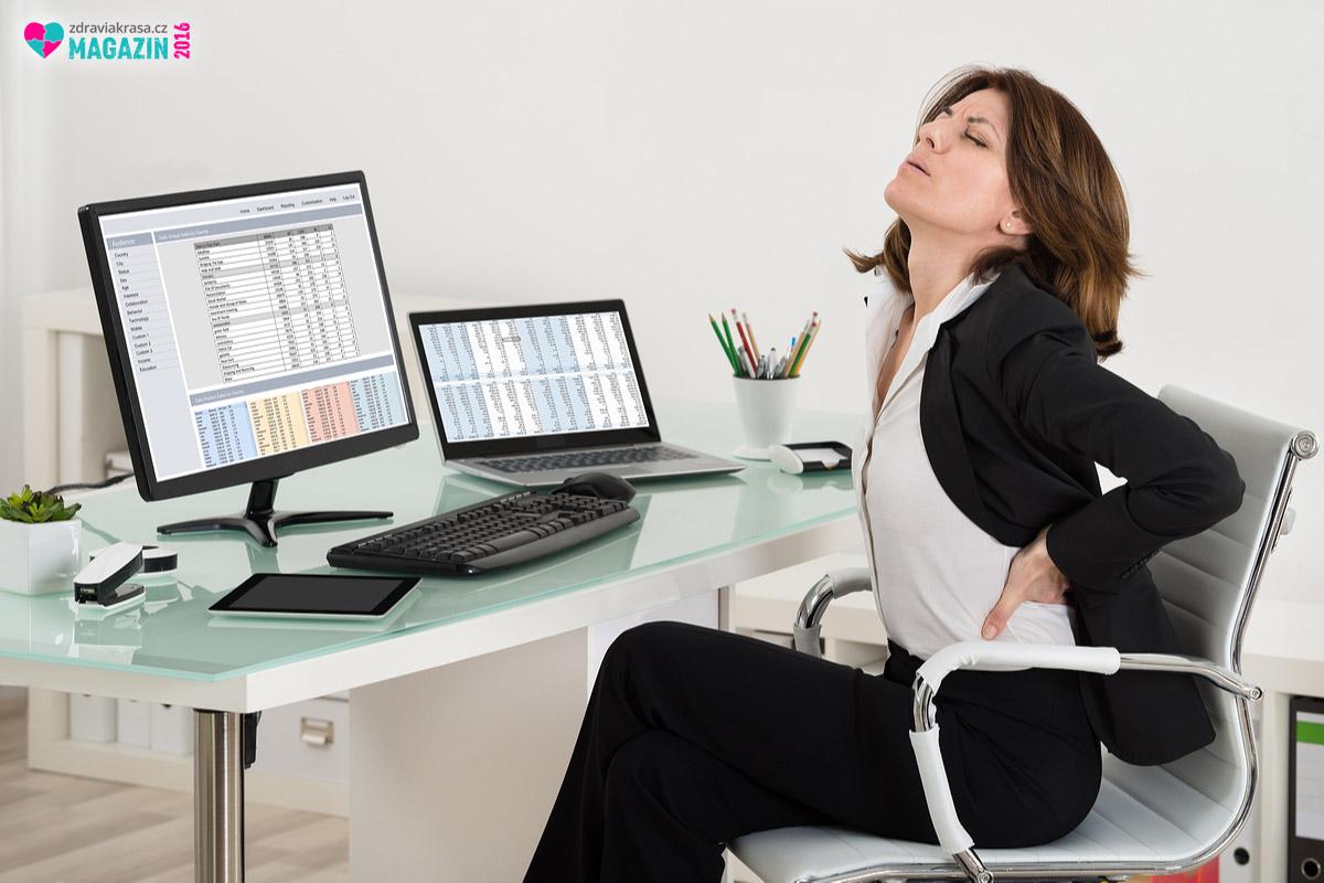 Bolest zad jako důsledek stresu se řadí mezi příznaky tzv. office syndromu neboli kancelářský syndrom.