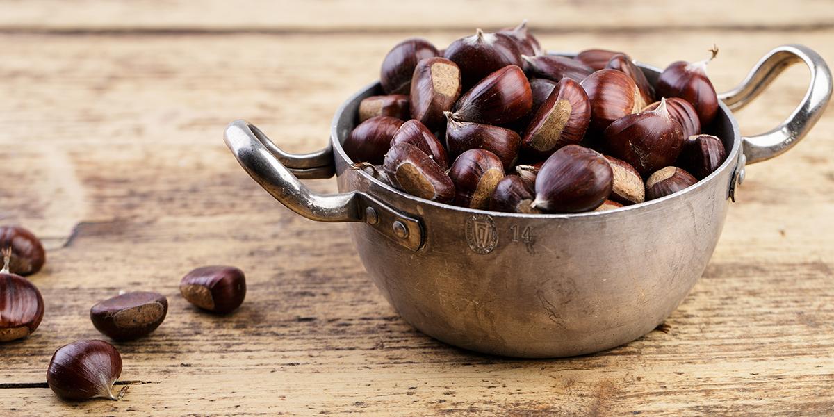 K přípravě vařených kaštanů potřebujete velký hrnec. Kaštany je třeba nařezat a zcela ponořit do vody.