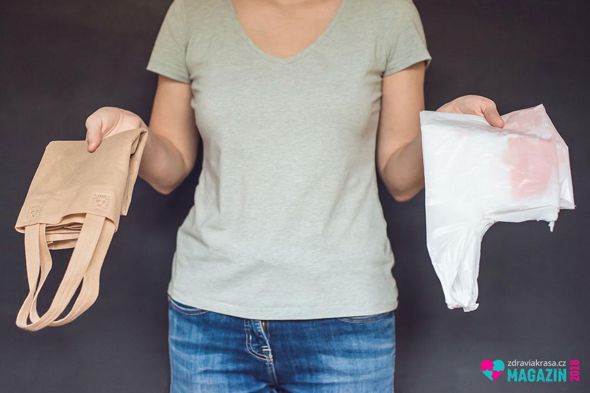 Na nákupy ve stylu zero waste vyrazte z vlastní taškou, i když igelitovou. A přibalte si i menší pytlíky na zeleninu nebo ovoce.
