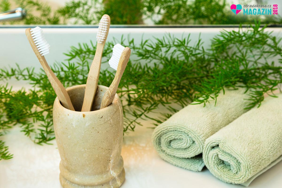 Bambusový zubní kartáček je 100% biodegradovatelný. Jakmile doslouží, lze jej hodit do kompostu nebo jím zatopit v kamnech.