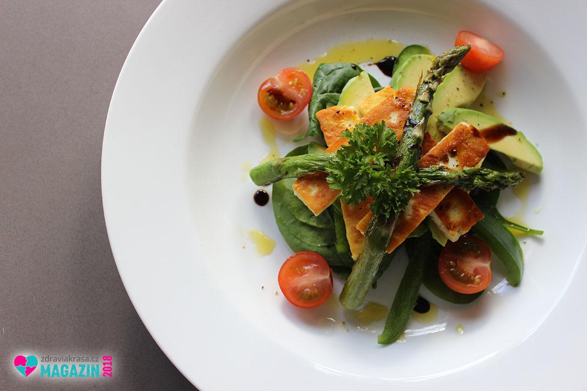 Zejména pro zdraví užívejte avokádový olej vnitřně. Nejlépe nerafinovaný, tedy za studena lisovaný. Hodí se například do salátů, pomazánek i studených polévek.