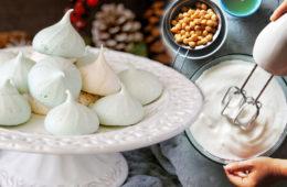 Aquafaba je sníh vyšlehaný z nálevu nebo vývaru cizrny nebo bílých fazolí.