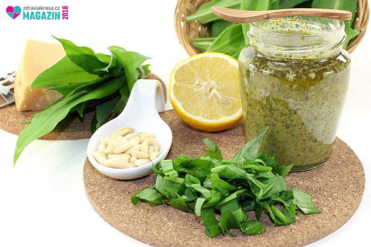Nejběžnější ingredience pesta z medvědího česneku: parmazán, piniové oříšky a někdy citronová šťáva. Samozřejmě je třeba přidat sůl a olivový olej.
