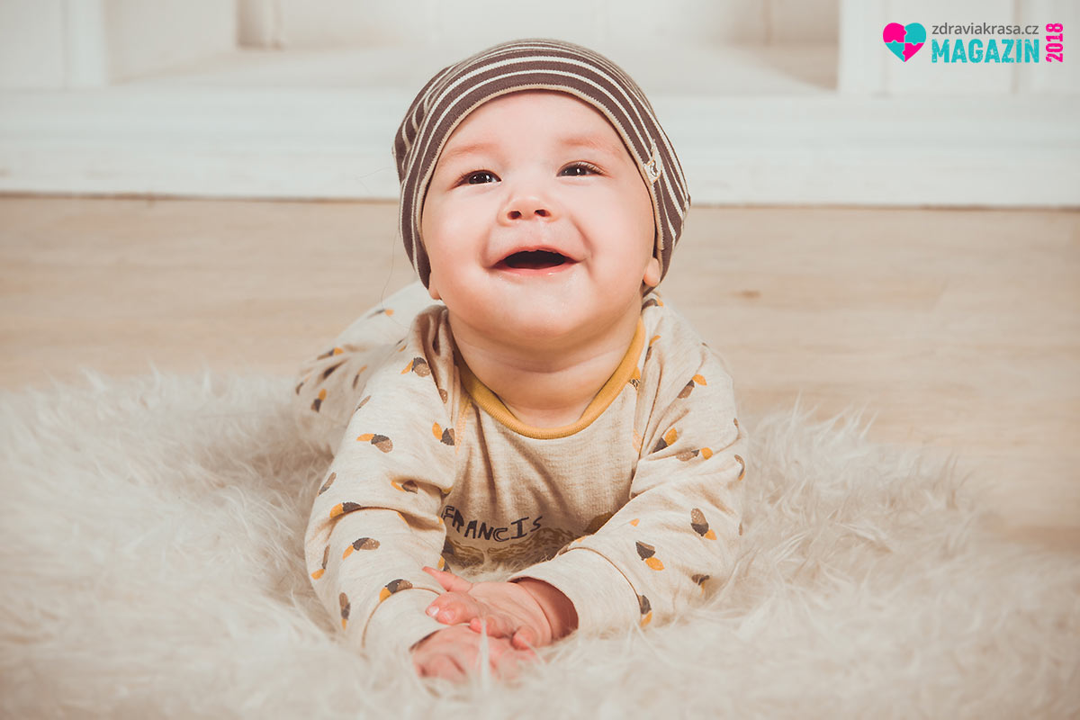 Infekce v kojeneckém věku nás paradoxně chrání před vznikem akutní lymfoblastické leukémie. Dítě by mělo s infekcemi a bakteriemi přijít do stylu už v prvním roce svého života. Pokud tomu tak není, může se v pozdějším věku stát i běžná infekce stát příčinou vzniku ALL.