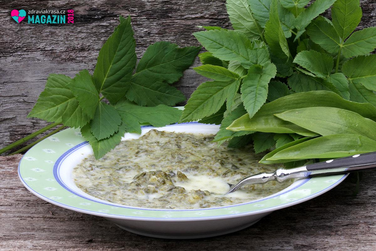 Recepty z bršlice dostanou do vaší kuchyni plevel, který nic nestojí, ale chutná