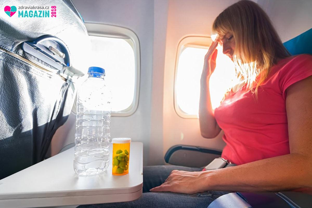 Přetlak v kabině letadla umí některé typy bolesti několikanásobně umocnit.
