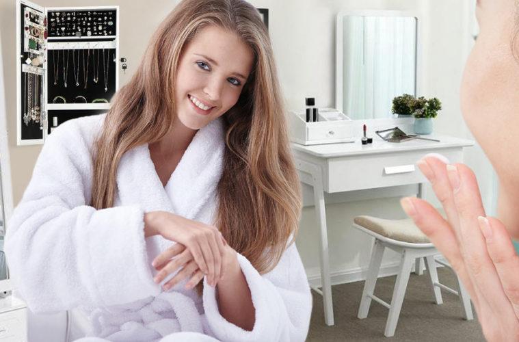 Toaletní stolek se zrcadlem z našich ložnic vymizel, ale nyní se konečně do nich vrací. Jako místo, kde se máme možnost věnovat pouze sama sobě.