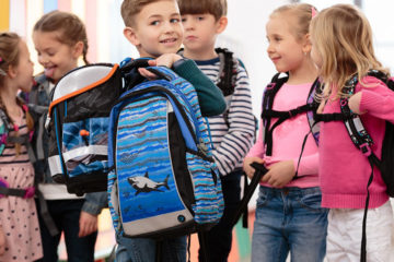 Správný výběr aktovky pro prvňáčky je základ v boji proti bolesti zad u dětí. Avšak hlídat musíme i správné sezení, výběr sportů, nadváhu, či výběr dětské obuvi.