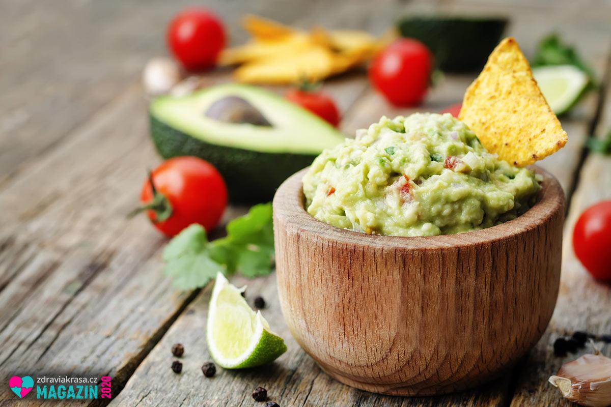 Guacamole aneb avokádová pomazánka je skutečný pojem mezi recepty z avokáda.