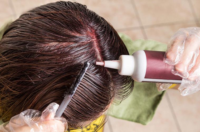 Zvládnout dokonalé barvení vlasu doma znamená ušetřit nemalé peníze za kadeřníka. Profi péči na nejvyšší úrovni dostanete obvykle pouze v dražších značkových kadeřnictvích. Čím delší vlasy, tím větší útrata – zejména pokud jde právě o barvení vlasů. Vlasy lze přitom kvalitně barvit i doma. Zcela svépomocí, nebo za pomoci kamarádky či partnera. Chce jenom vědět, jak na to.