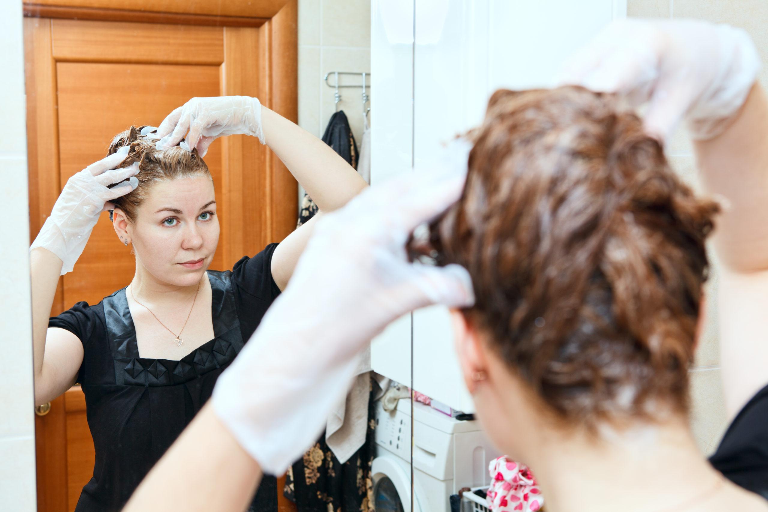 Jak na barvení vlasů doma? Hlavně vždy barvěte pouze odrosty, nebo zkracujte dobu barvení dříve obarvených vlasů.